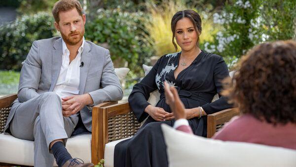 Принц Гарри с супругой Меган Маркл во время интервью Опре Уинфри - Sputnik Армения