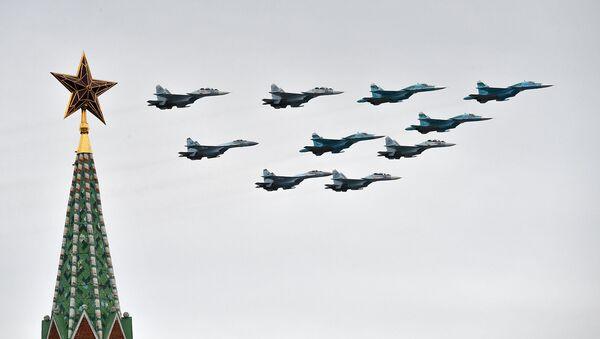 Строй тактическое крыло из истребителей Су-30СМ, Су-35С и бомбардировщиков Су-34 на воздушном параде Победы (9 мая 2020). Москвa - Sputnik Արմենիա