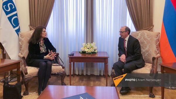 Министр иностранных дел Ара Айвазян и действующий председатель ОБСЕ, министр иностранных дел Швеции Анн Линде во время встречи в МИД Армении (16 марта 2021). Еревaн - Sputnik Армения