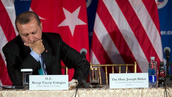 Премьер-министр Турции Реджеп Тайип Эрдоган слушает выступление вице-президента США Джо Байдена во время круглого стола, организованного Торговой палатой США (16 мая 2013). Вашингтон - Sputnik Արմենիա