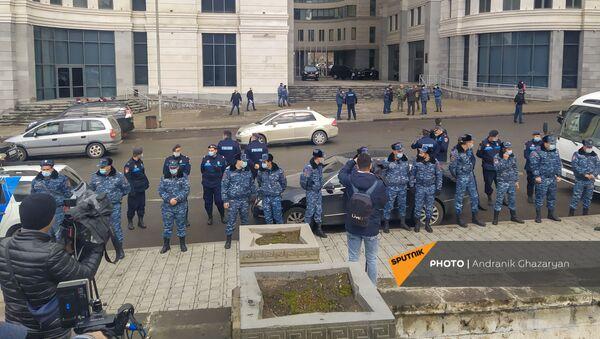 Сотрудники правоохранительных органов перед входом в министерство ОНКС перед приездом премьер-министра (17 марта 2021). Еревaн - Sputnik Армения