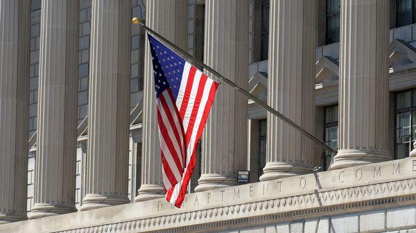Государственный флаг США на здании министерства торговли в Вашингтоне - Sputnik Армения
