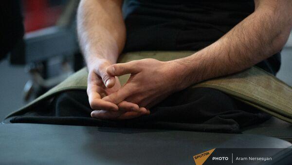 Руки участника последней карабахской войны Арарата Торосяна во время занятий в спортзале Легенды Федерации спорта инвалидов РА - Sputnik Армения