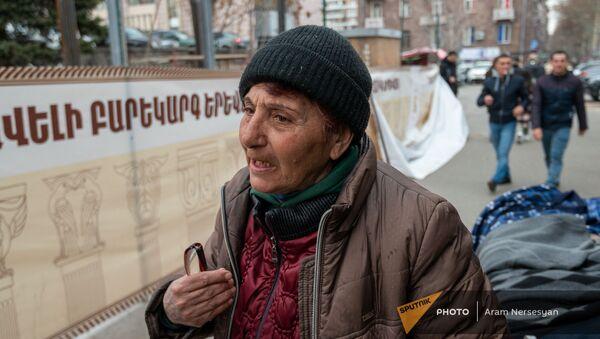 Уличная продавщица Алла беседует с корреспондентом Sputnik Армения - Sputnik Արմենիա