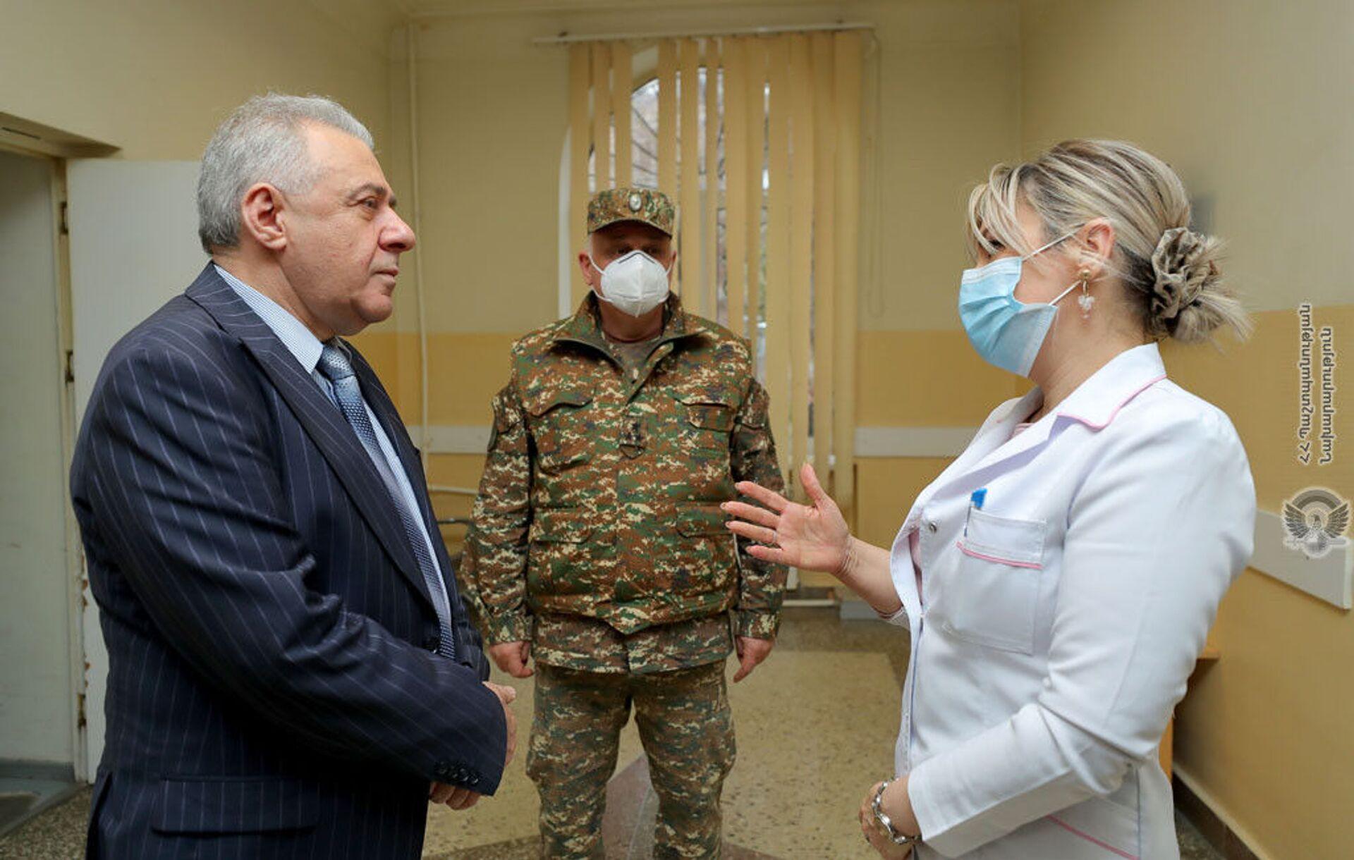 Вагаршак Арутюнян побывал в военном госпитале и встретился с ранеными в Карабахе солдатами - Sputnik Армения, 1920, 19.03.2021