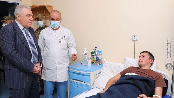 Министр обороны Вагаршак Арутюнян посетил Центральный клинический военный госпиталь Министерства обороны (19 марта 2021). Еревaн - Sputnik Արմենիա