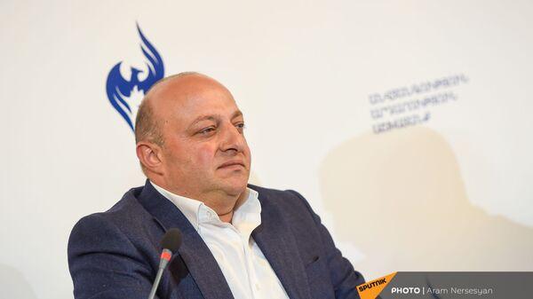 Артур Саркисян на заседании партии Возрождающаяся Армения (20 марта 2021). Еревaн - Sputnik Армения