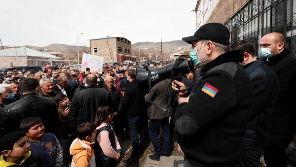 Премьер-министр Никол Пашинян общается с жителями села Уджан во время рабочего визита в Арагацотнскую область (20 марта 2021). Уджан - Sputnik Армения