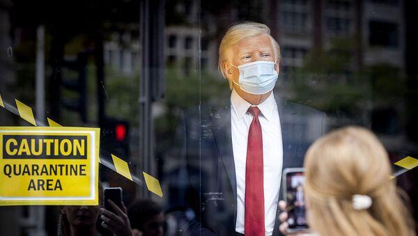 Восковая фигура президента США Дональда Трампа в окне музея восковых фигур мадам Тюссо (2 октября 2020). Амстердам - Sputnik Армения
