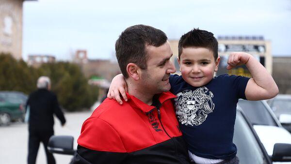5-летний Давид Петросян с отцом Юрой Петросяном - Sputnik Армения