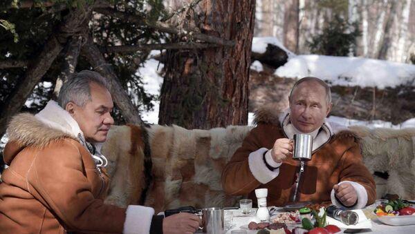 Президент РФ Владимир Путин и министр обороны Сергей Шойгу во время отдыха в тайге - Sputnik Армения