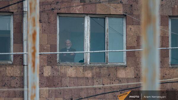 Постоялец Ереванского дома-интерната №1 смотрит в окно - Sputnik Արմենիա