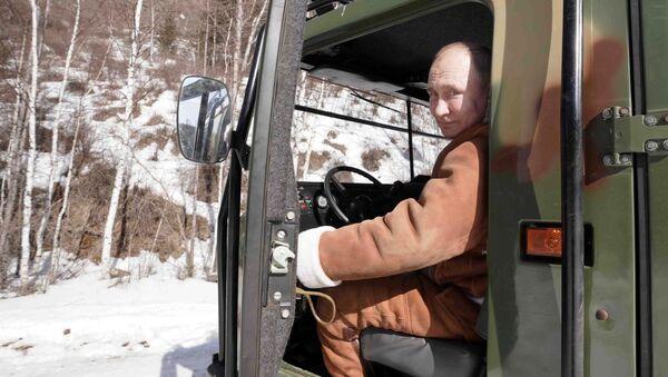 Президент РФ Владимир Путин управляет вездеходом во время прогулки в тайге - Sputnik Արմենիա