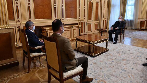 Президент Армен Саркисян встретился с лидером партии «Республика» Арамом Саркисяном и членом политсовета Артаком Зейналяном (22 марта 2021). Еревaн - Sputnik Արմենիա