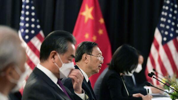 Китайская делегация на встрече со своими американскими коллегами на открытии американо-китайских переговоров в отеле Captain Cook (18 марта 2021). Аляска - Sputnik Արմենիա