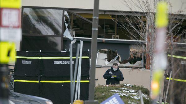 Полиция работает на месте стрельбы возле продуктового магазина King Soopers в Боулдере, штат Колорадо - Sputnik Արմենիա