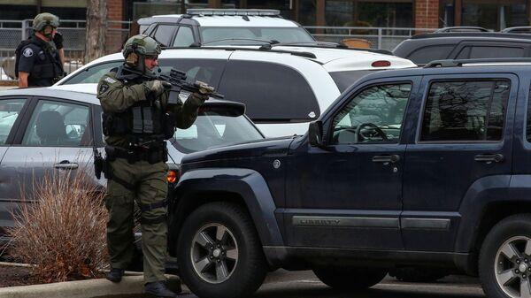 Сотрудники правоохранительных органов на парковке на месте стрельбы в продуктовом магазине King Soopers в Боулдере, штат Колорадо - Sputnik Արմենիա