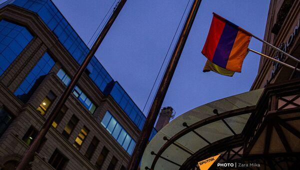 Флаг Армении на фасаде здания на улице вечернего Еревана - Sputnik Армения