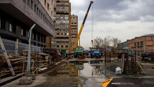 Подъемный кран на стройке на улице Еревана - Sputnik Արմենիա