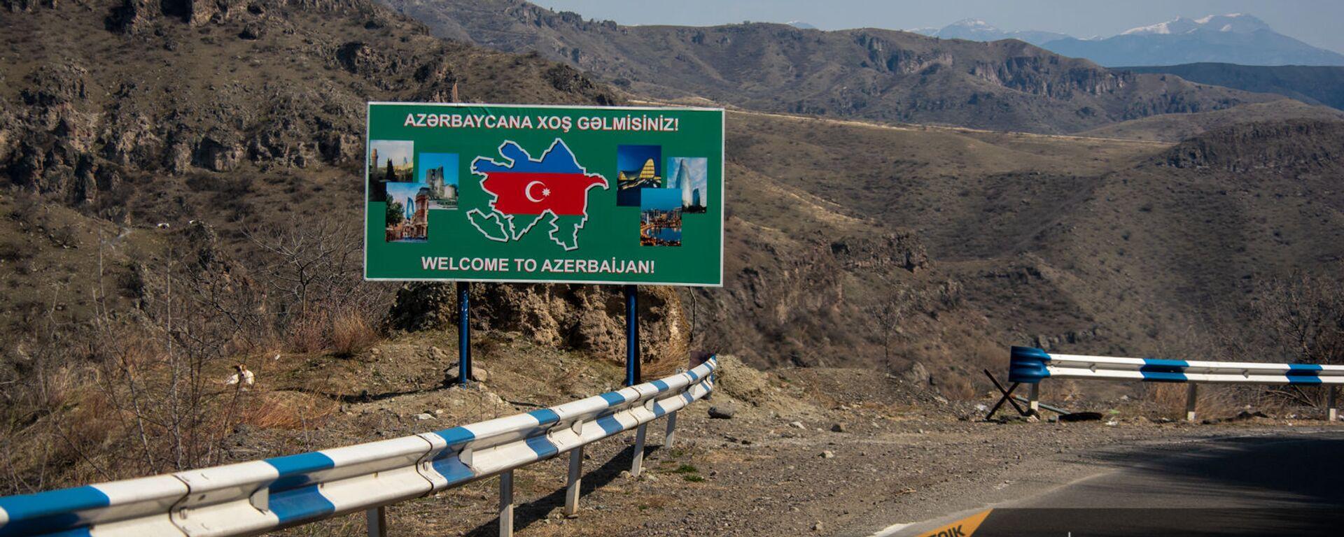 Билборд с надписью Добро пожаловать в Азербайджан на дороге Горис-Капан в Сюникской области - Sputnik Армения, 1920, 14.09.2021