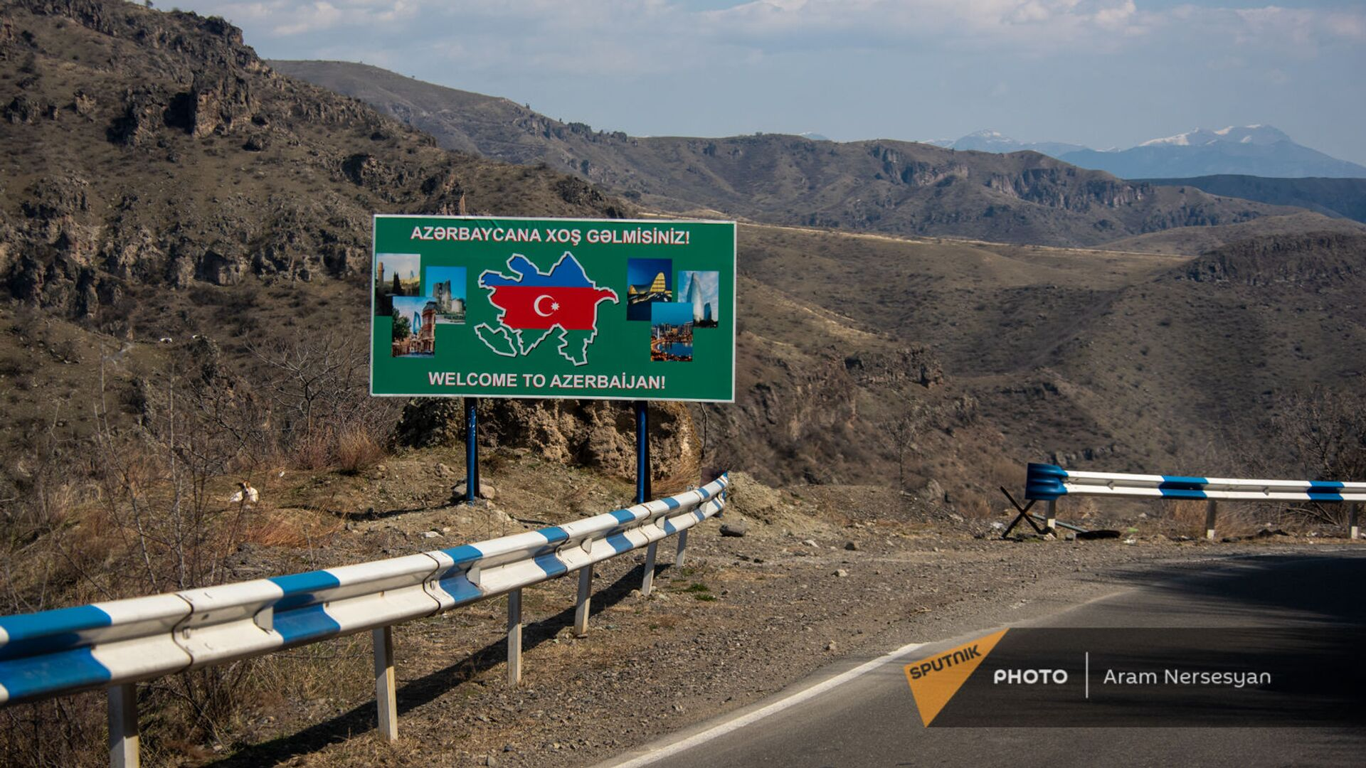 Билборд с надписью Добро пожаловать в Азербайджан на дороге Горис-Капан в Сюникской области - Sputnik Армения, 1920, 20.09.2021