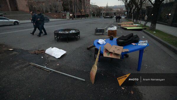 Движение по спасению Родины демонтирует и переносит палатки с проспекта Баграмяна (23 марта 2021). Еревaн - Sputnik Արմենիա
