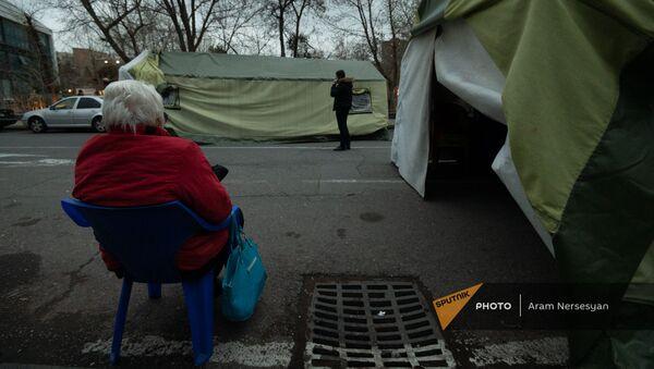 Движение по спасению Родины демонтирует и переносит палатки с проспекта Баграмяна (23 марта 2021). Еревaн - Sputnik Армения