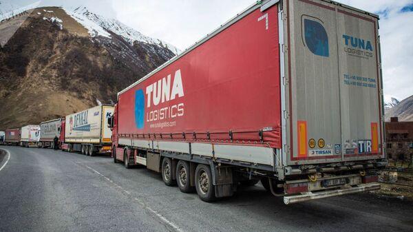 Пробка из грузовых автомобилей у КПП Казбеги - Верхний Ларс - Sputnik Армения