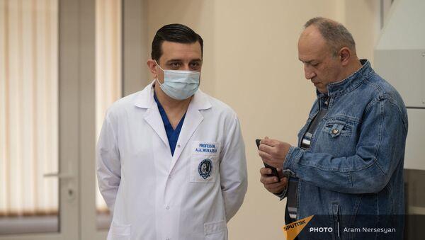 Ректор ЕГМУ Армен Мурадян в реабилитационном центре «Защитник Отечества» - Sputnik Армения