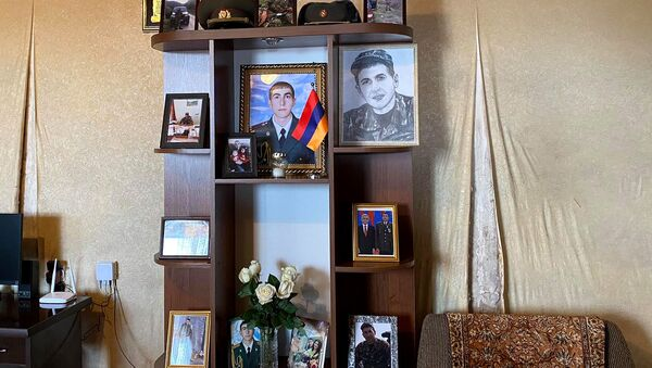 Уголок с фотографиями погибшего в карабахской войне подполковника Манвела Карапетяна - Sputnik Արմենիա