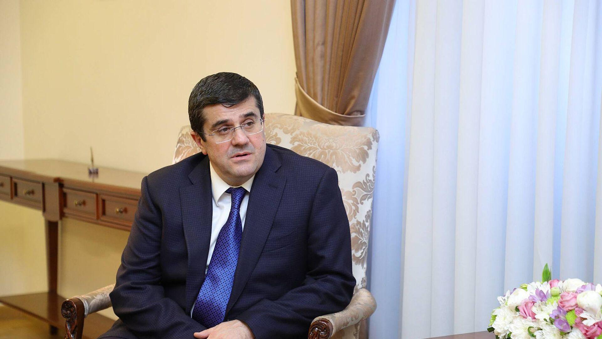 Президент Карабаха Араик Арутюнян на встрече с министром иностранных дел Армении (25 марта 2021). Еревaн - Sputnik Արմենիա, 1920, 22.06.2021