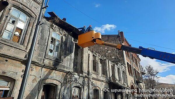 Сильный ветер повредил крыши старых зданий в Маралике (25 марта 2021). Ширак - Sputnik Армения