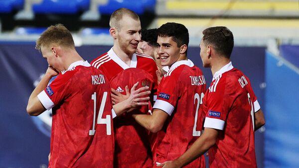 Игроки молодежной сборной России по футболу радуются забитому мячу в матче 1-го тура группового этапа чемпионата Европы 2021 среди молодежных команд между сборными России и Исландии (25 марта 2021). Дьор - Sputnik Армения