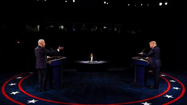 Кандидат в президенты США от Демократической партии Джо Байден и президент США Дональд Трамп принимают участие во второй президентской кампании 2020 года в дебатах в Университете Белмонт (22 октября 2020). Нэшвилль - Sputnik Армения