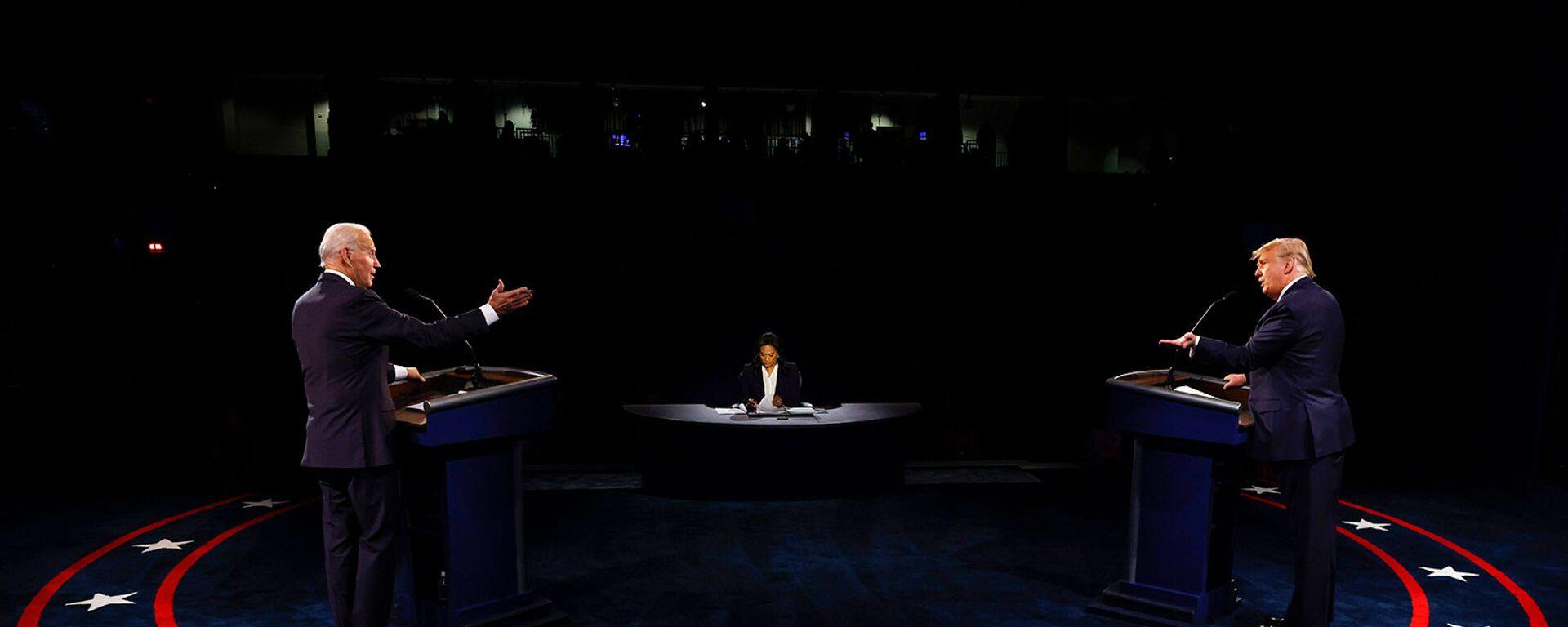 Кандидат в президенты США от Демократической партии Джо Байден и президент США Дональд Трамп принимают участие во второй президентской кампании 2020 года в дебатах в Университете Белмонт (22 октября 2020). Нэшвилль - Sputnik Армения, 1920, 14.09.2021