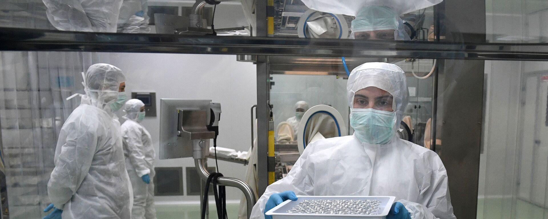 Сотрудники на линии розлива инъекционных препаратов шприц-доза вакцины ЭпиВакКорона - Sputnik Армения, 1920, 20.09.2021