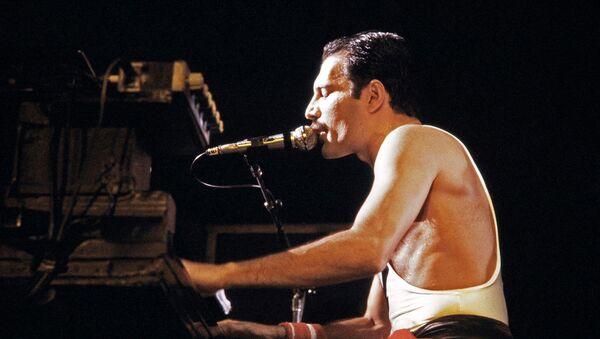 Фредди Меркьюри, солист рок-группы Queen, во время концерта во дворце Palais Omnisports de Paris Bercy (18 сентября 1984). - Sputnik Армения