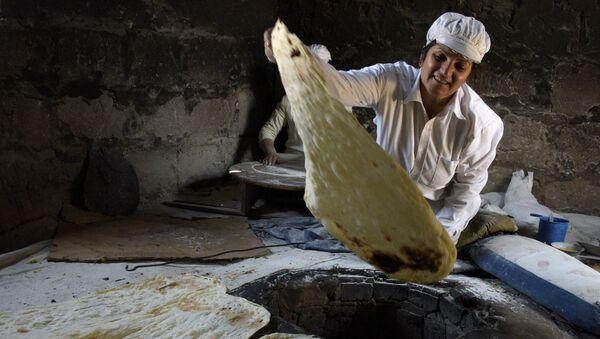 Հայ կինը լավաշ է պատրաստում Փոքր Վեդի գյուղում լավաշի փառատոնի ժամանակ. Հայաստան   - Sputnik Արմենիա