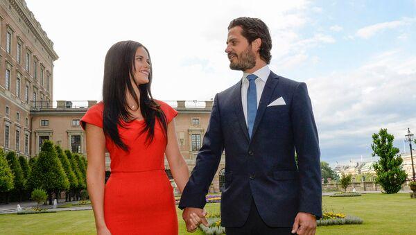 Шведский принц Карл Филипп и София Хеллквист после объявления о помолвке (27 июня 2014). Стокгольм - Sputnik Армения