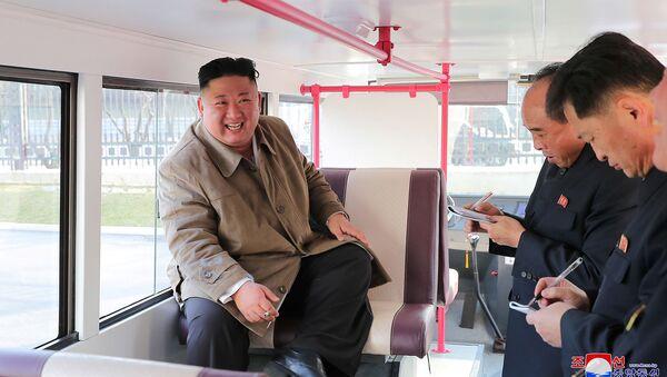 Лидер Северной Кореи Ким Чен Ын сидит в пробной версии двухэтажного автобуса (25 марта 2021). Пхеньян - Sputnik Армения