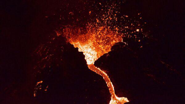 Лава течет из извергающегося вулкана Фаградалсфьяль примерно в 40 км к западу от Рейкьявика )26 марта 2021). Исландия - Sputnik Արմենիա