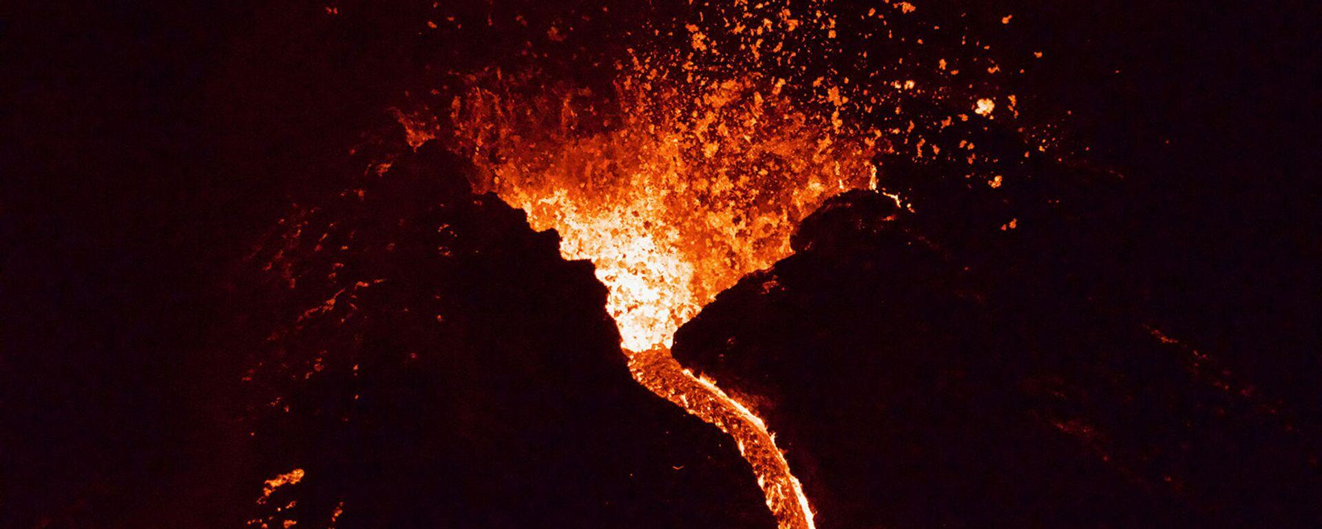 Лава течет из извергающегося вулкана Фаградалсфьяль примерно в 40 км к западу от Рейкьявика )26 марта 2021). Исландия - Sputnik Արմենիա, 1920, 27.03.2021