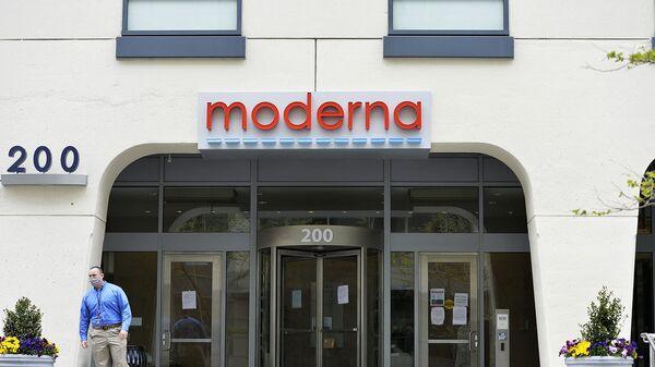Мужчина стоит перед штаб-квартирой Moderna в Кембридже, штат Массачусетс  - Sputnik Արմենիա