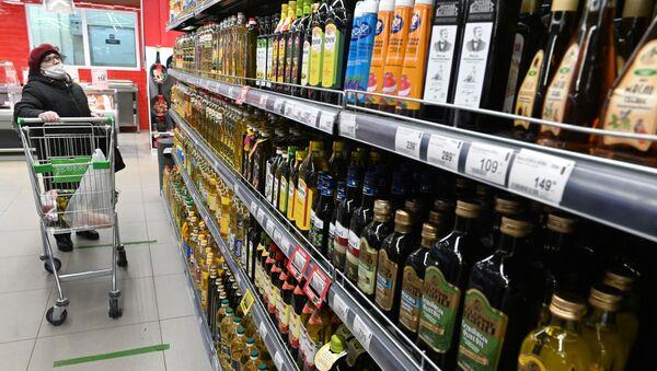 Бутылки с растительным маслом на полке магазина. - Sputnik Армения