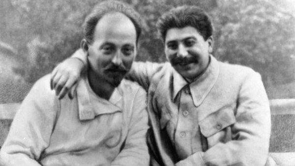 Иосиф Сталин (справа) и Феликс Дзержинский (слева) на отдыхе. - Sputnik Армения