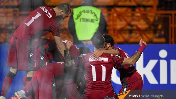 Футболисты сборной Армении празднуют забитый мяч в матче отборочного турнира ЧМ по футболу между сборными Армении и Румынии (31 марта 2021). Еревaн - Sputnik Армения