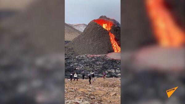 Люди играют в волейбол у подножия извергающегося вулкана - Sputnik Армения