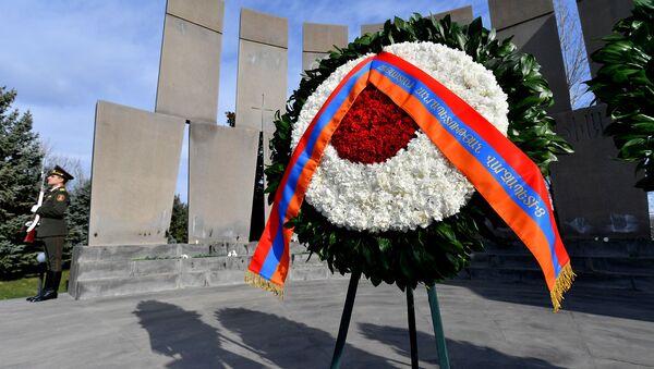 Венок от премьер-министа в военном пантеоне Ераблур - Sputnik Արմենիա