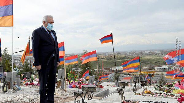 Министр обороны Вагаршак Арутюнян в военном пантеоне Ераблур (2 апреля 2021). Еревaн - Sputnik Արմենիա