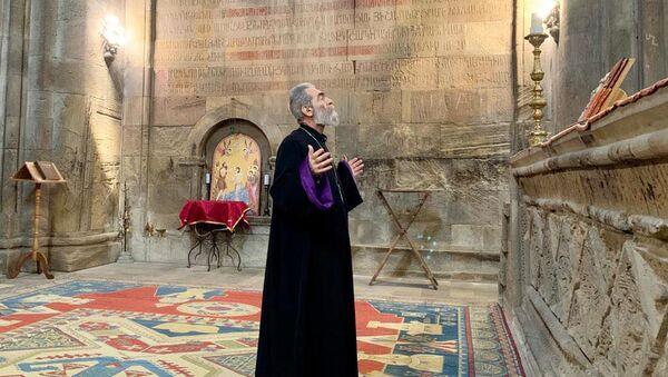 Предстоятель Араратской епархии архиепископ Паргев Мартиросян с епископом Вртанесом Абраамяном посетили монастырь Гандзасар (3 апреля 2021). Карабах - Sputnik Армения